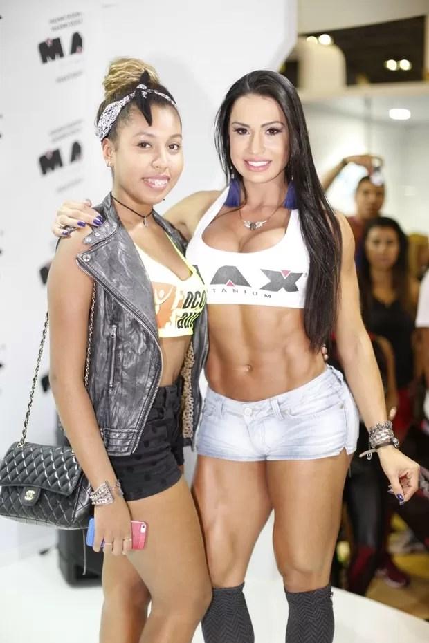 Gracyanne Barbosa e a irmã (Foto: Isac Luz / EGO)