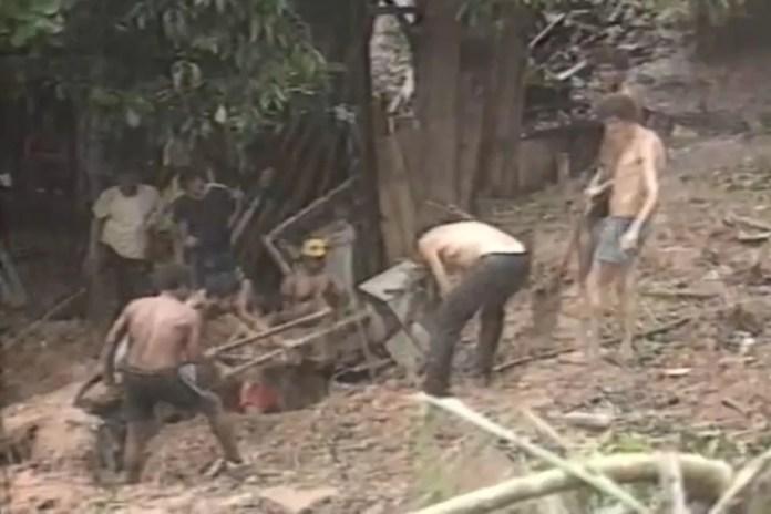 Homens buscam desaparecidos nos escombros deixados pela chuva durante enchente de 1988 — Foto: Reprodução