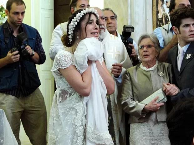 Cristal se desespera e aproveita a confusão para sair escondida (Foto: Malhação / TV Globo)