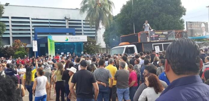 Protesto é feito em frente da Ceron em Porto Velho — Foto: Toni Francis/G1