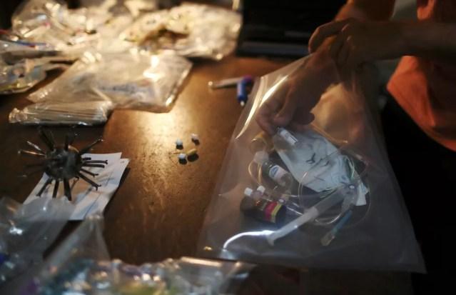 Máscaras, seringas, potes de vacinas são usados na nova exposição do argentino Marcelo Toledo — Foto: Reuters/Agustin Marcarian