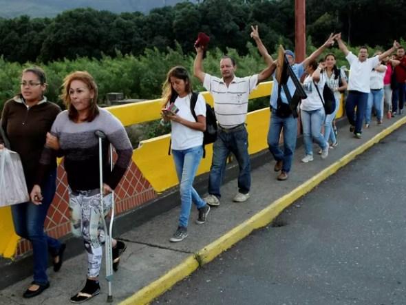 Venezuelanos compram alimentos e remédio na Colômbia neste domingo (10); fronteira foi aberta por 12 horas (Foto: Carlos Eduardo Ramirez/Reuters)