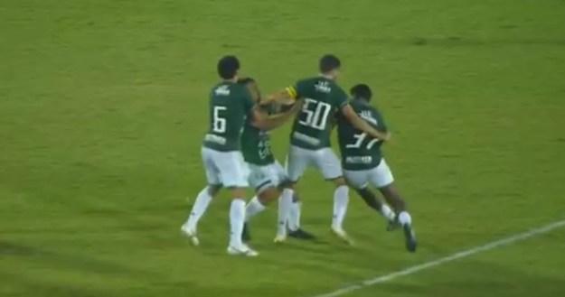 Bidu e Rodrigo Andrade brigam no gramado — Foto: Reprodução Premiere