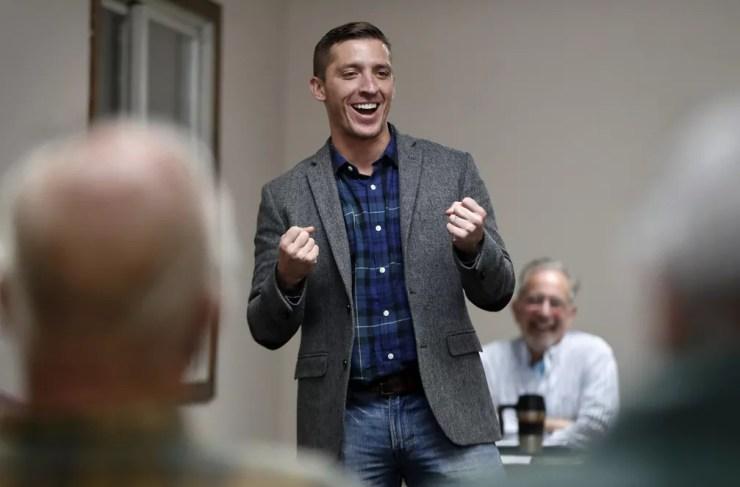 Zak Ringelstein, candidato ao Senado dos EUA pelo Maine, em evento de campanha em outubro — Foto: Robert F. Bukaty/AP Photo