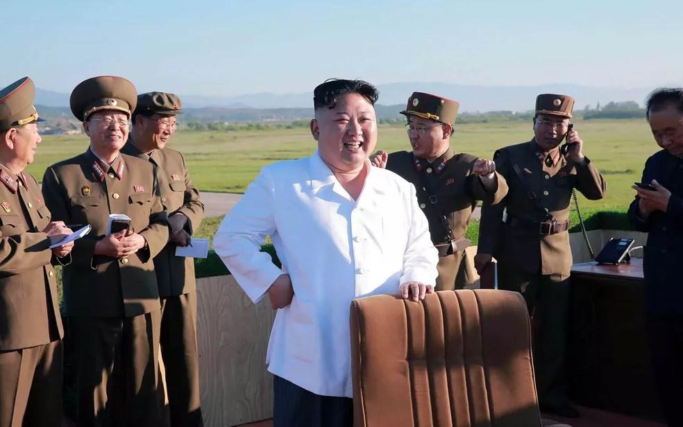 Em imagem não datada divulgada pela KCNA neste domingo 928), Kim Jong-un inspeciona teste de um novo sistema de defesa aérea (Foto: KCNA via KNS/AFP)