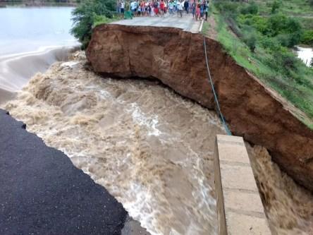 Ponte caiu na zona rural de Itapetim (Foto: Welysson Antônio/Arquivo Pessoal)