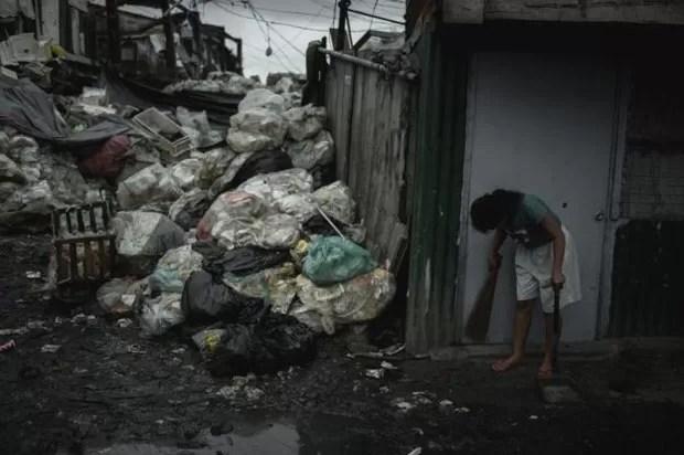 Lixo se acumula nas ruas de Happyland, distrito de Tondo, em Manila (Foto: BBC/Carlos Gabuco)