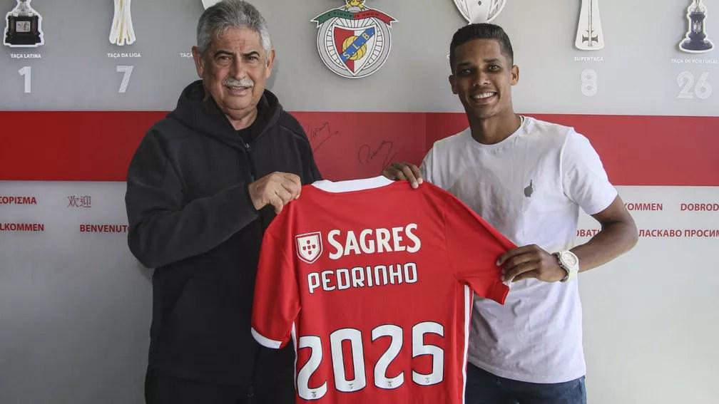 Pedrinho com o presidente do Benfica — Foto: Benfica