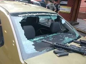 Carro da Brigada Militar com marcas de bala em Porto Alegre (Foto: Divulgação/BM)
