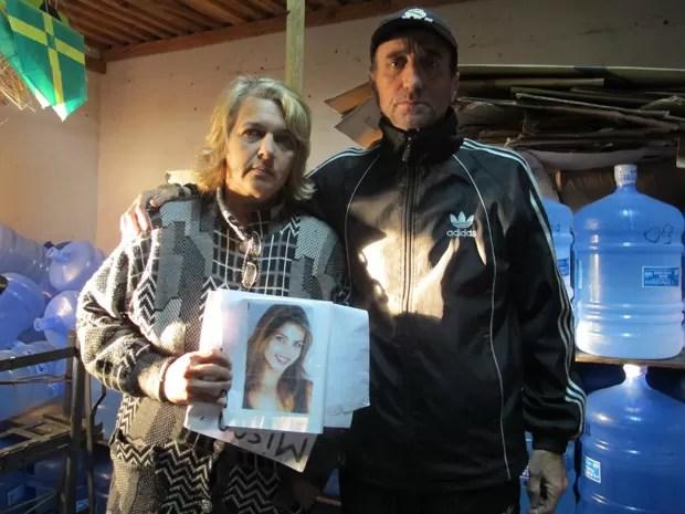 Pais mostram foto da filha; agora, a atenção do casal está para o neto órfão (Foto: Paulo Toledo Piza/G1)