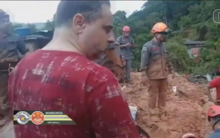 Bombeiros se mobilizam em buscas por desaparecidos em deslizamentos nos morros. — Foto: Reprodução