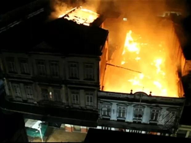 Incêndio atinge lojas do comércio de Belém (Foto: Reprodução/TV Liberal)