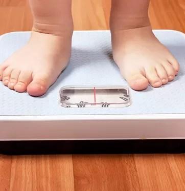 Criança pesando em balança (Foto: Shutterstock)