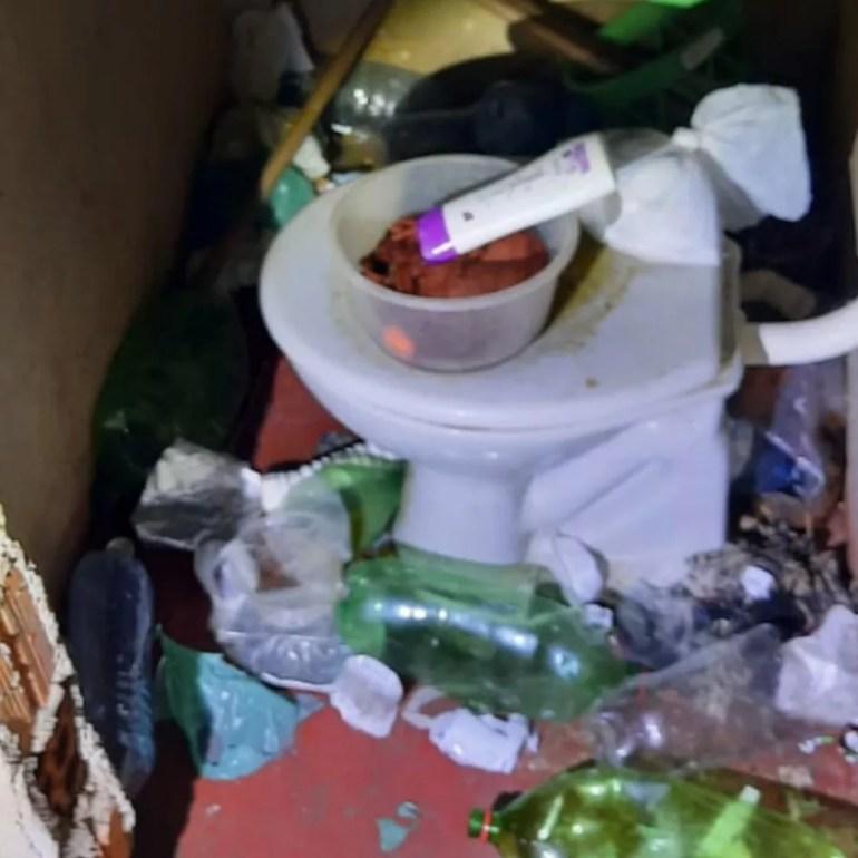 Banheiro da casa em que 8 menores foram encontrados estava bastante sujo — Foto: Conselho Tutelar/Reprodução