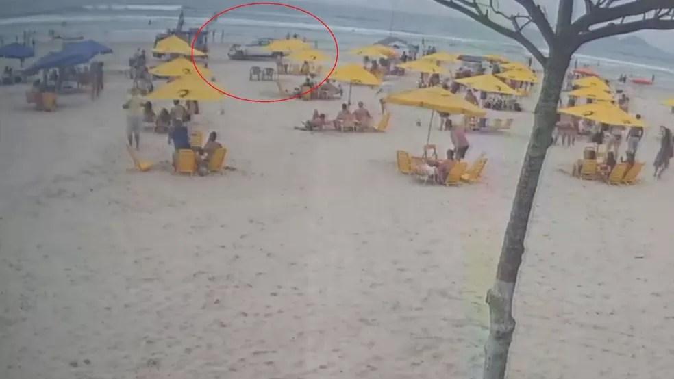 Carro desgovernado invadiu a areia da praia na manhã deste domingo (12) — Foto: Reprodução/Plantão Guarujá
