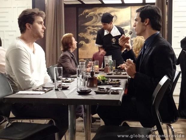 Enquanto Félix come, Niko desabafa (Foto: Jacson Vogel / Amor à Vida)