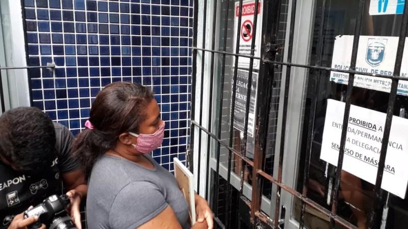 Mirtes Renata de Souza, mãe do menino Miguel, diante da porta da Delegacia de Santo Amaro, onde a ex-patroa presta depoimento nesta segunda-feira (29) — Foto: Marina Meireles/G1