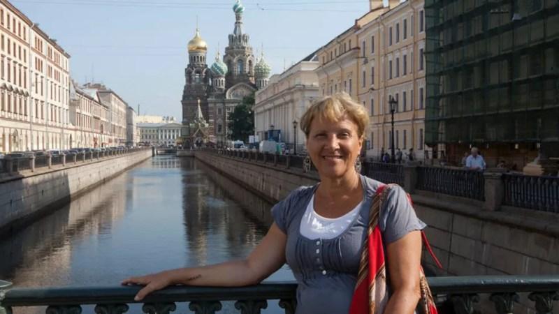 Iracema durante passagem pela Rússia: ela sonhou em viajar a vida inteira, mas só conseguiu fazê-lo depois de se aposentar — Foto: Arquivo pessoal
