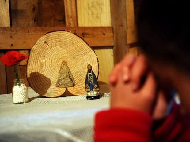Tora de madeira foi colocada em altar de igreja em Jaquirana (Foto: Daniela Xu/Agência RBS)