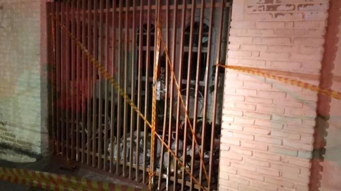 Incêndio atingiu a casa da vereadora Alba Lucena Fernandes Gandia (DEM), em Presidente Prudente — Foto: Mateus Tarifa/TV Fronteira