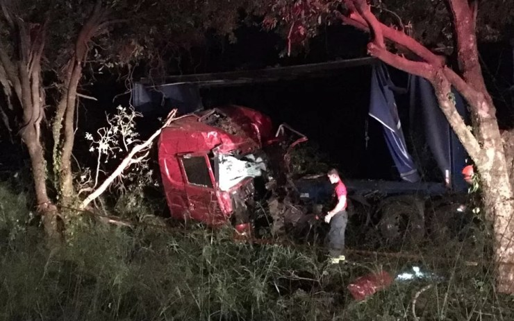 Caminhoneiro fica preso às ferragens após sofrer acidente na rodovia dos Barrageiros em Ilha Solteira  (Foto: Arquivo Pessoal)