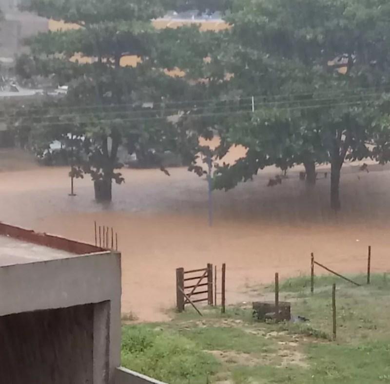A chuva forte deixou ruas alagadas e causou transbordo nos canais de escoamento — Foto: Divulgação/Defesa Civil de Itaperuna