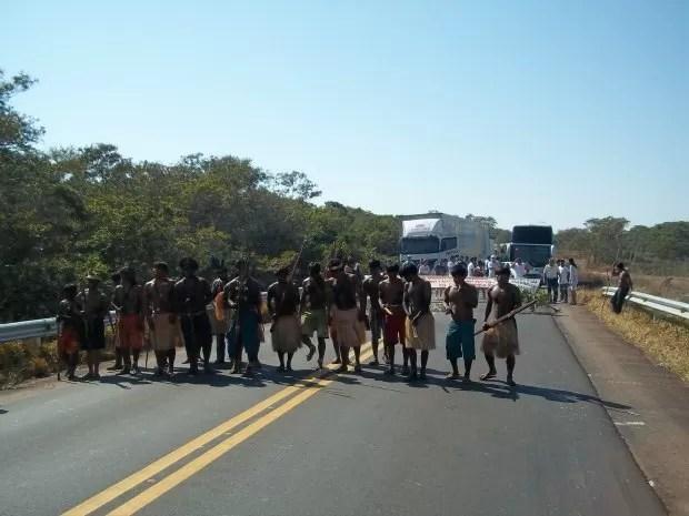 Indígenas bloqueiam BR-364 entre Rondônia e Vilhena (Foto: Flávio Godoi/G1)