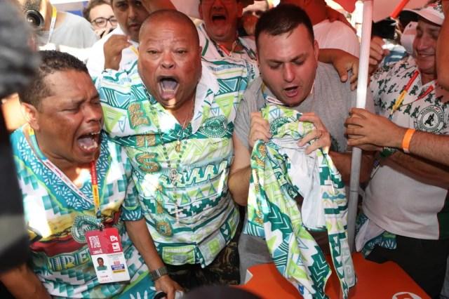 Integrantes da Mancha Verde comemoram títutlo de campeã do Grupo Especial do carnaval de São Paulo — Foto: Celso Tavares/G1