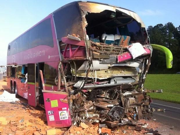 Frente de ônibus ficou completamente destruída no acidente (Foto: Felipe Bela/TV TEM)