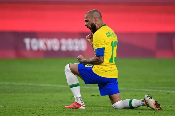 Daniel Alves, capitão da seleção brasileira, comemora pênalti convertido contra o México — Foto: AFP