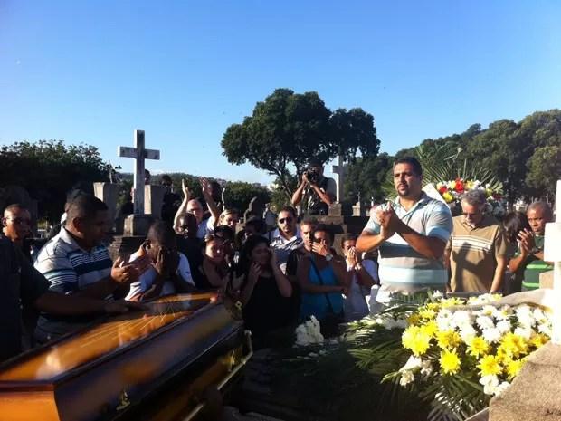 Cerca de 200 pessoas acompanharam o sepultamento do torcedor Diego Leal, no Cemitério de Inhaúma, no subúrbio do Rio, nesta segunda-feira (20) (Foto: Tássia Thum/G1)