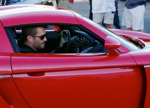Fotografia feita no dia 1° de dezembro mostra o ator Paul Walker no banco de passageiro do Porche pilotado pelo seu colega Roger Roads momentos antes do acidente fatal que vitimou os dois ocupantes do carro.  (Foto: Wenn/Frame/Estadão Conteúdo)
