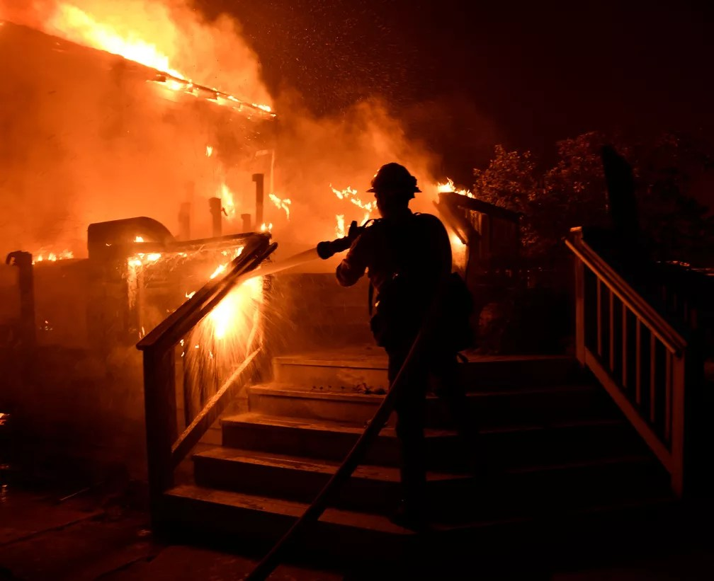 Bombeiros tentam combater fogo que se alastra rapidamente por casas na comunidade de Goleta, que fica no condado de Santa Bárbara, Califórnia, EUA (Foto: Gene Blevins/ Reuters)