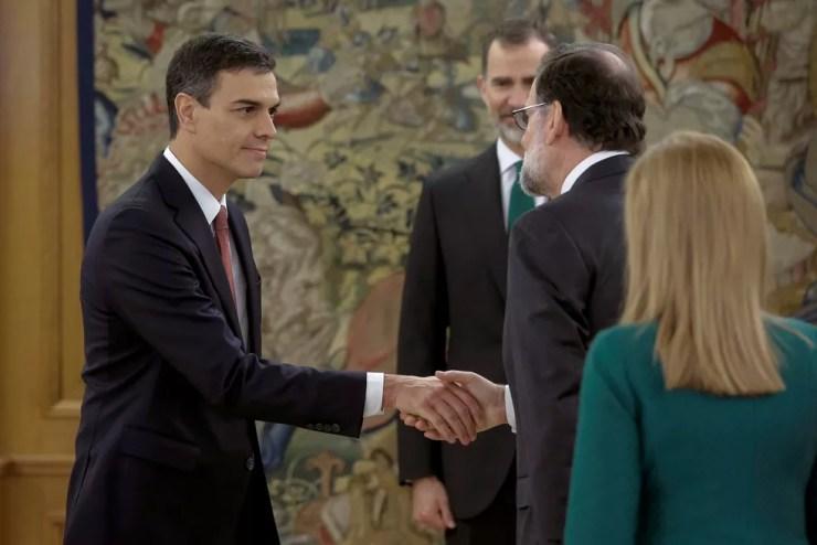 Pedro Sánchez recebe os cumprimentos de Mariano Rajoy (Foto: Emilio Naranjo/Pool via REUTERS)