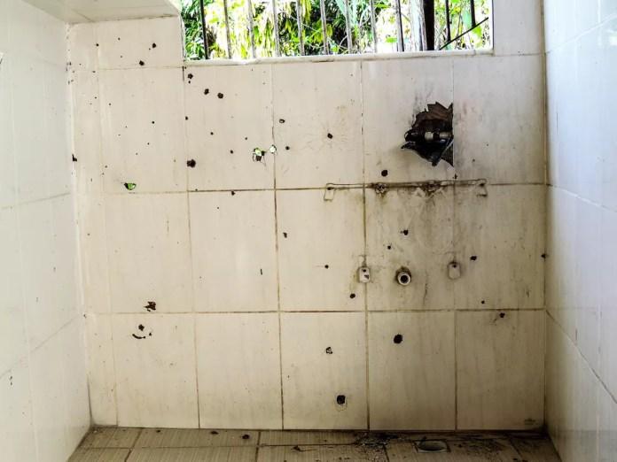 Marcas de tiros em casa no Rio de Janeiro — Foto: Thathiana Gurgel/Defensoria Pública