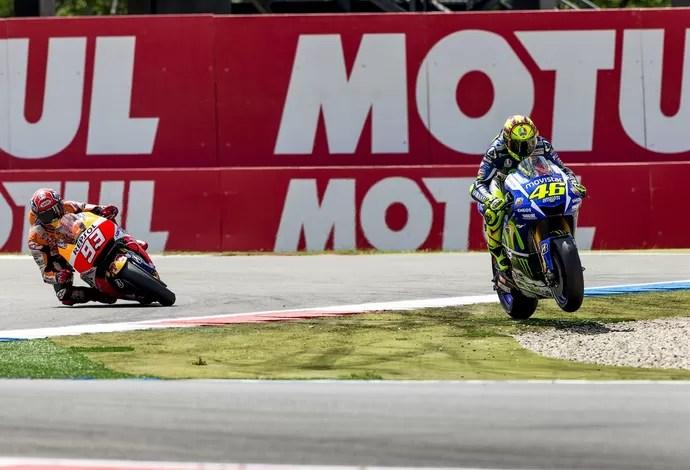 Após encostar em Marc Márquez na última curva, Valentino Rossi escapou da pista e foi para a área de brita (Foto: Reuters)