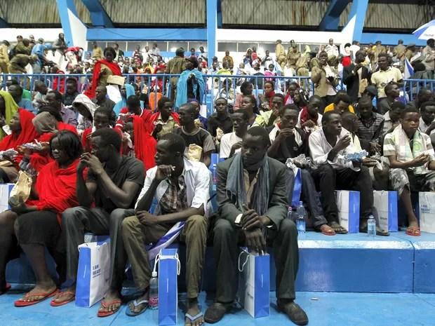 Familiares aguardam para rever familiares resgatados após ataque a Universidade de Garissa, no Quênia (Foto: Thomas Mukoya/Reutera)