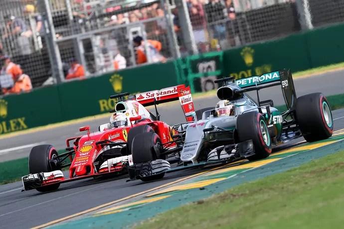 Sebastian Vettel tentou, sem sucesso, passar Lewis Hamilton nas voltas finais do GP da Austrália (Foto: Getty Images)