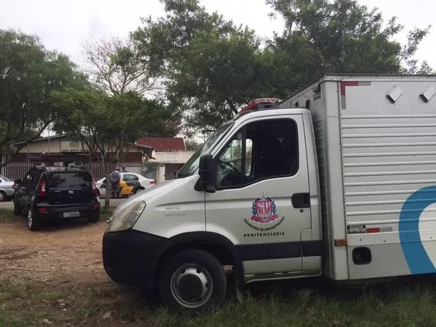 Presos do CDP de São José dos Campos foram levados sob escolta para prestar depoimento no 6º DP. (Foto: Daniel Corrá / G1)