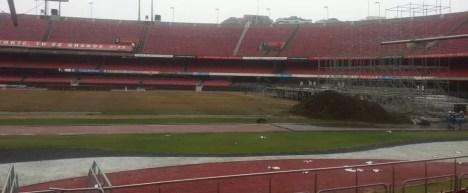 Gramado do Morumbi foi retirado nesta segunda-feira e será replantado em Cotia (Foto: GloboEsporte.com)
