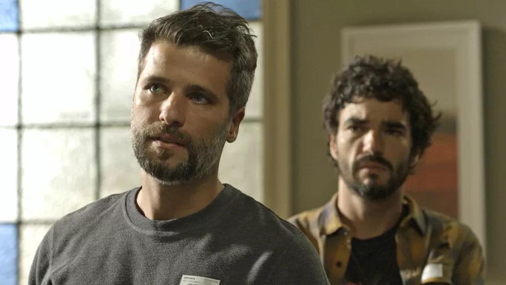 Gabriel (Bruno Gagliasso) e Geandro (Caio Blat) ficam surpresos com a revelação de Sóstenes (Marcos Caruso), em 'O Sétimo Guardião' — Foto: TV Globo