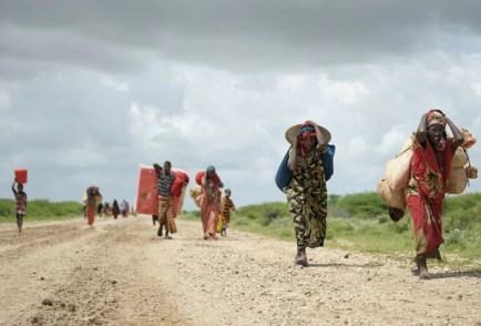 Moradores da Somália deixam campo desmontado devido a tempestade carregando todos os seus pertences nesta terça-feira (12) (Foto: AU-UN IST, Tobin Jones/AP)
