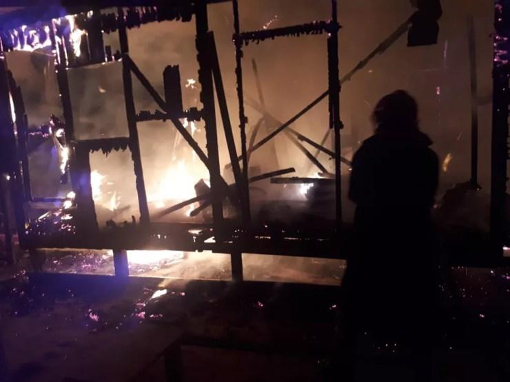 Proprietário relatou que perdeu todos os pertences e documentos pessoais em incêndio  — Foto: Divulgação/Corpo de Bombeiros