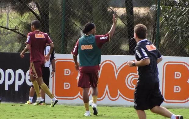 Ronaldinho Gaúcho marca em rachão no Galo (Foto: Leonardo Simonini / Globoesporte.com)