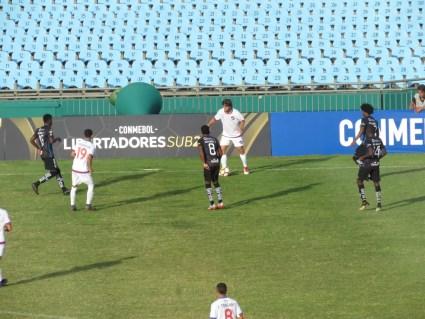Vecino, do Nacional, é cercado por marcadores do Independiente del Valle (Foto: Felipe Schmidt)