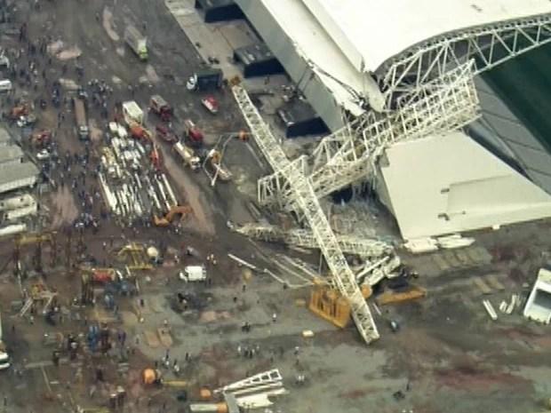 Um caminhão que estava do lado de fora do estádio foi atingido e um operário ficou preso dentro da cabine morreu, de acordo com os bombeiros. Dois feridos foram socorridos pelo helicóptero Águia da PM. (Foto: Reprodução/TV Globo)