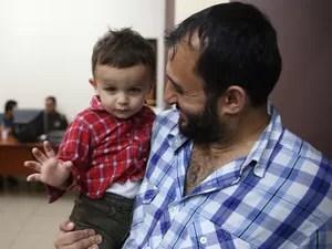 Pai e filho na Mesquita de Guarulhos, que abriga sírios que fugiram da guerra (Foto: Gabriel Chaim/G1)