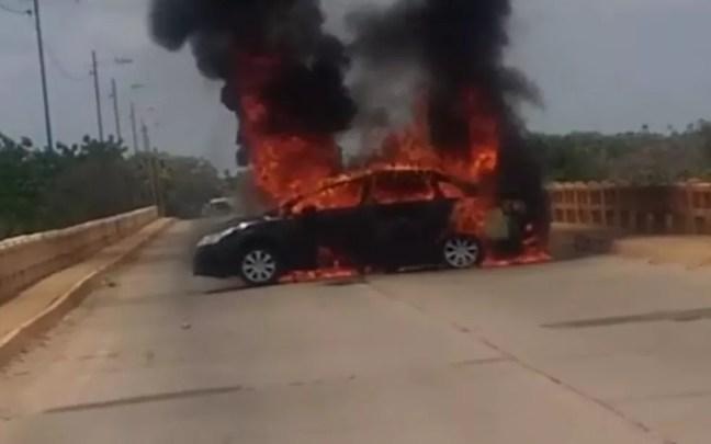 Carro que seria usado na fuga foi incendiado pelos suspeitos — Foto: Reprodução