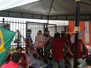 Servidores ocuparam mais uma vez a entrada do Fórum Eleitoral, no bairro do Roger, em João Pessoa (Foto: André Resende/G1)