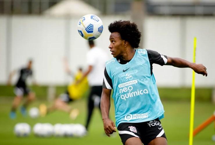 Willian em treino do Corinthians no CT Joaquim Grava — Foto: Rodrigo Coca/Ag.Corinthians